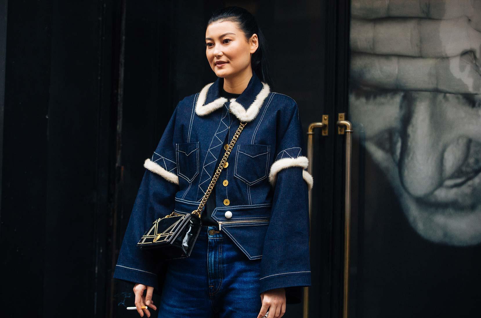 Tyylikäs lisä: Amalie Gassmann yllään turkissomisteinen takki Pariisin muotiviikoilla kevät/kesä 2018 © Melodie Jeng/Getty Images