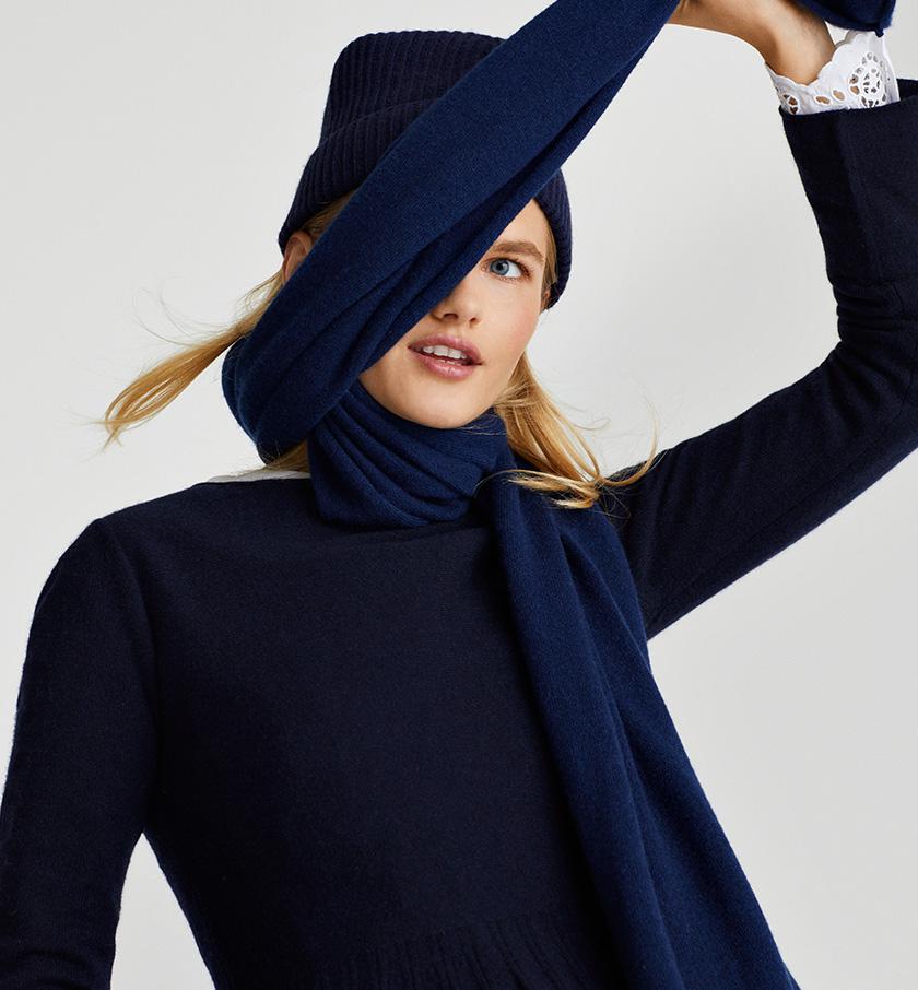 Femme qui porte des accessoires en cachemire