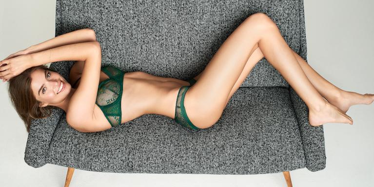 Frau in Unterwäsche auf einer Couch