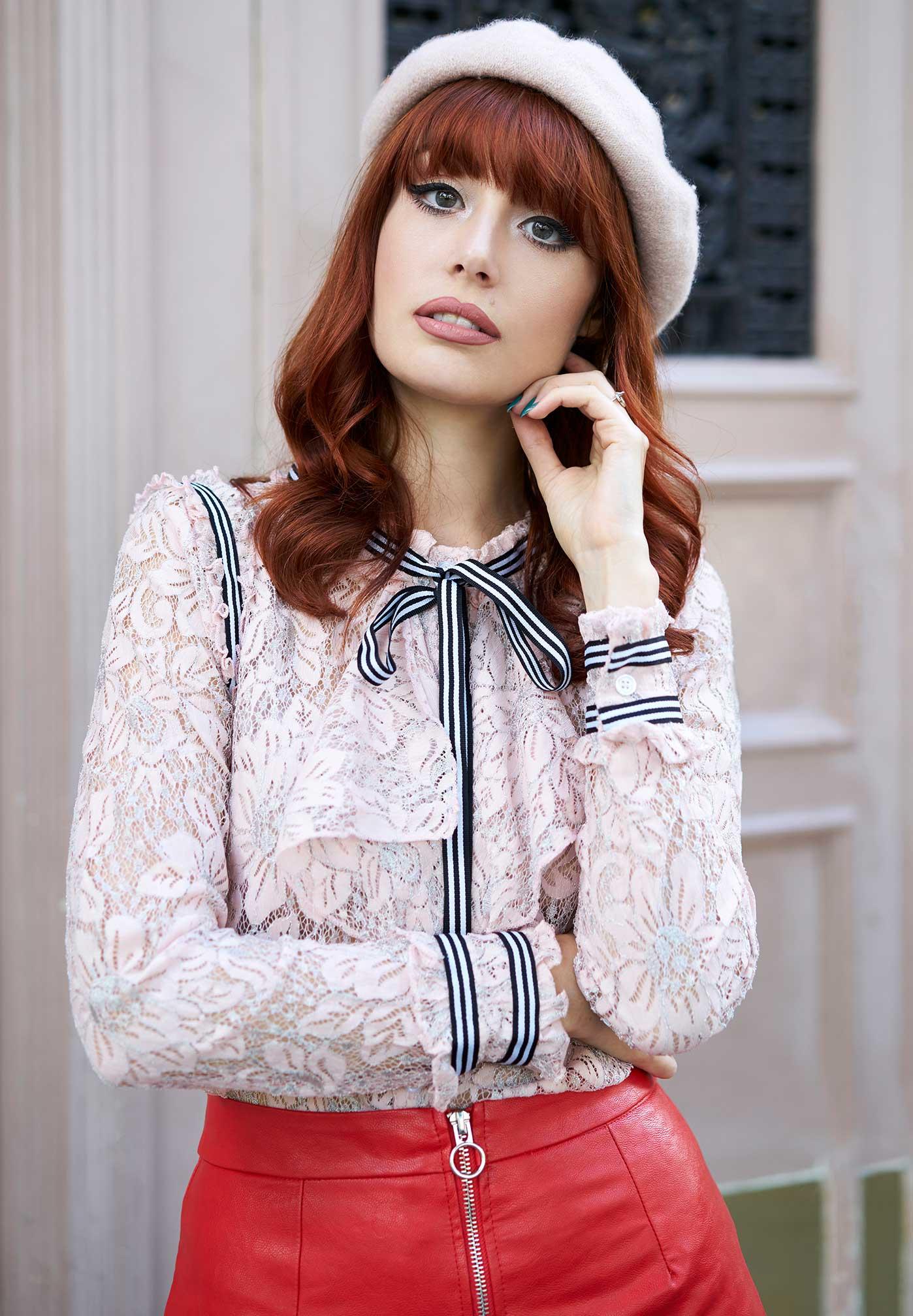 Louise im eleganten Outfit in Paris