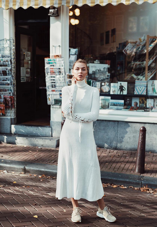 Vivian Hoorn im weißen Maxikleid mit Sneakern