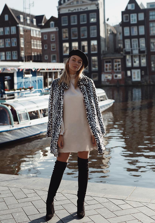 Vivian Hoorn im kurzen Minikleid mit Overknees und Strickjacke
