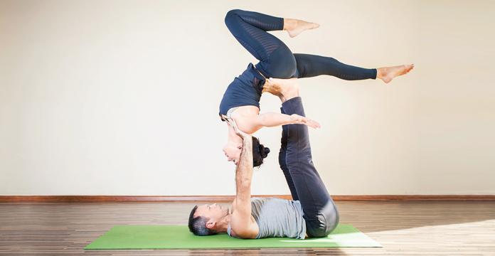 Gemeinsames Yoga in Acrobatischer Pose