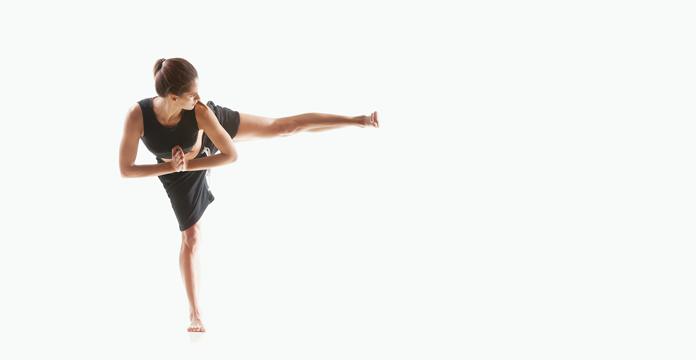 Frau in Boxer Yoga Pose