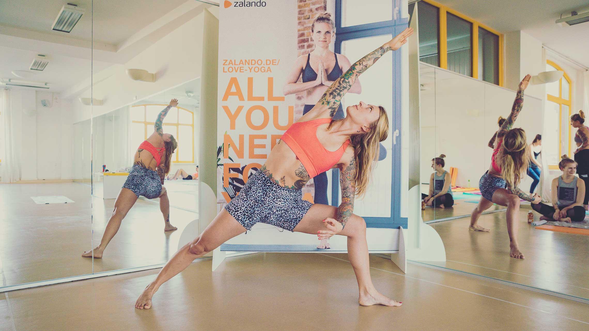 Jelena Lieberberg führt die Klasse durch die Yogastunde