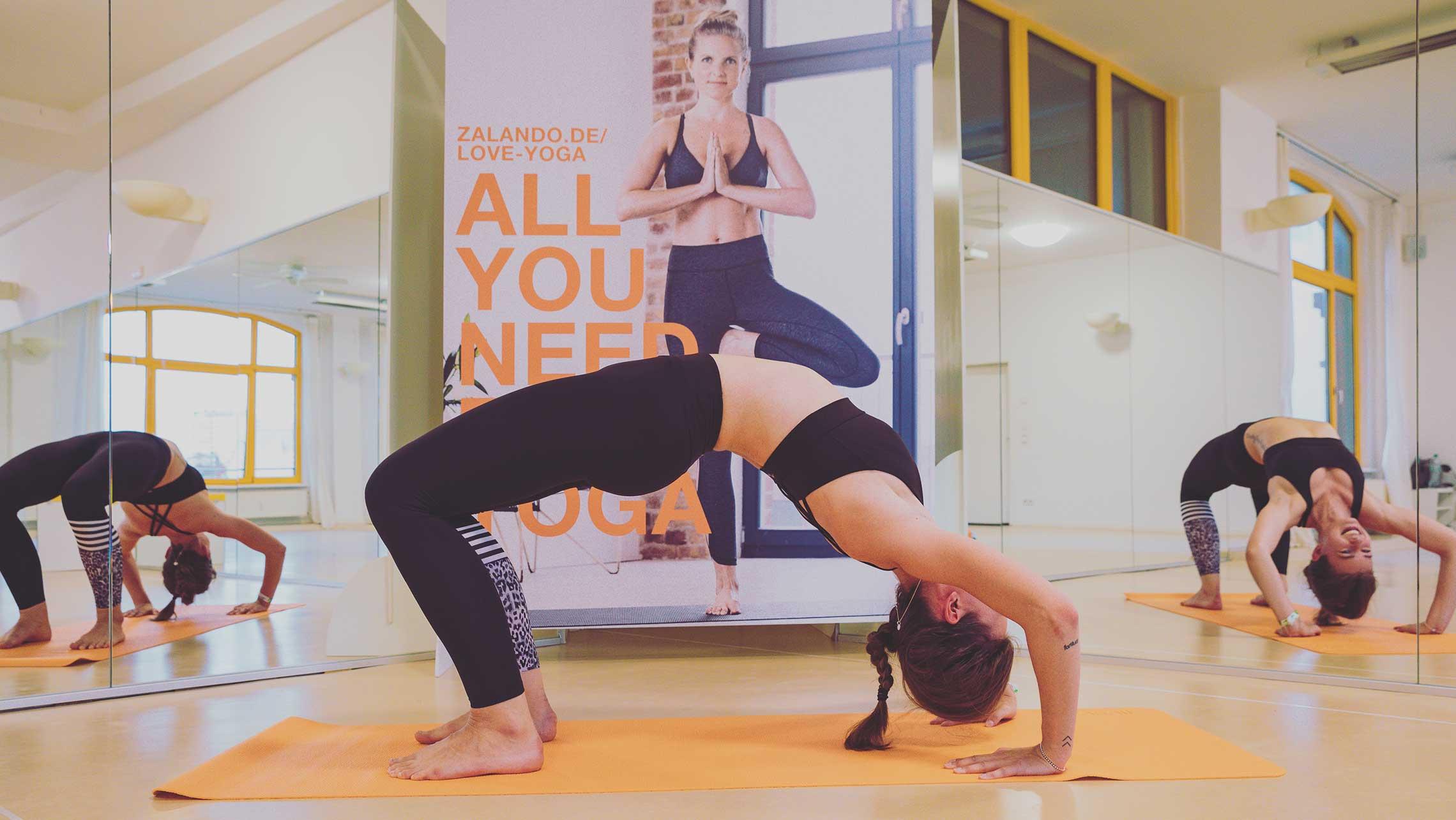 Teilnehmerin macht eine Brücken-Pose
