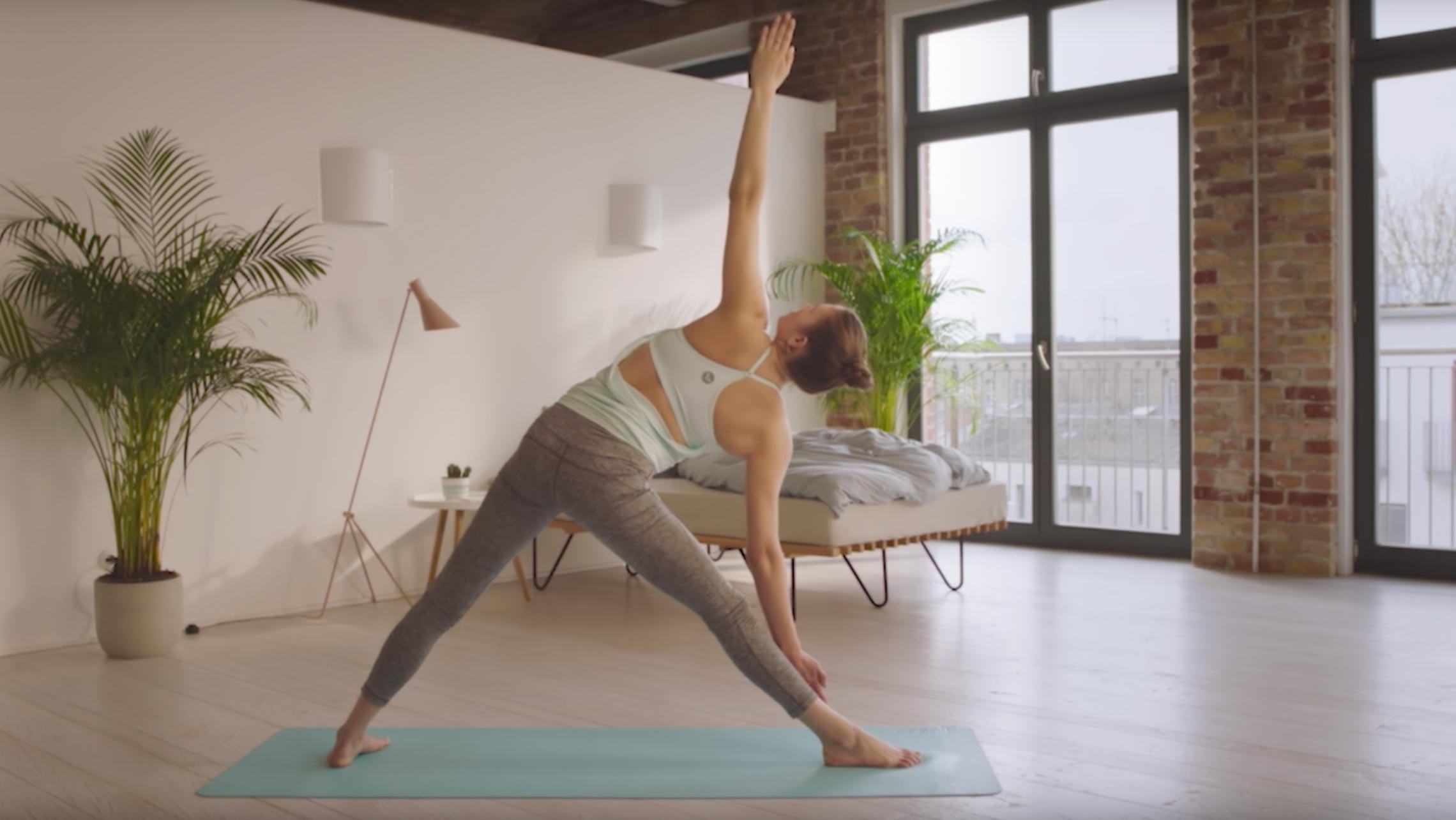 Annie Clarke beim aktivierenden Yoga-Workout