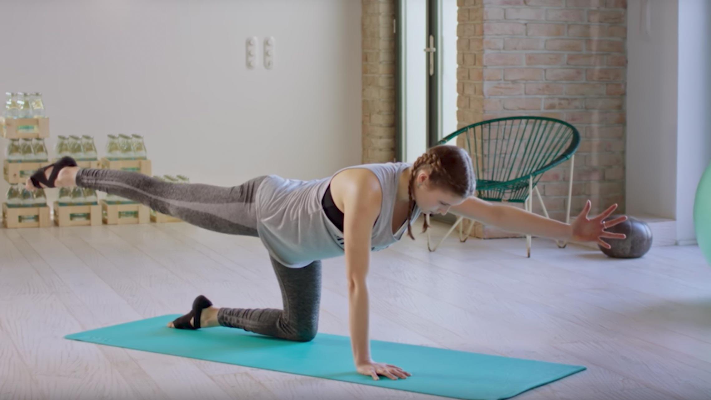 Annie Clarke beim Kräftigenden Yoga-Workout