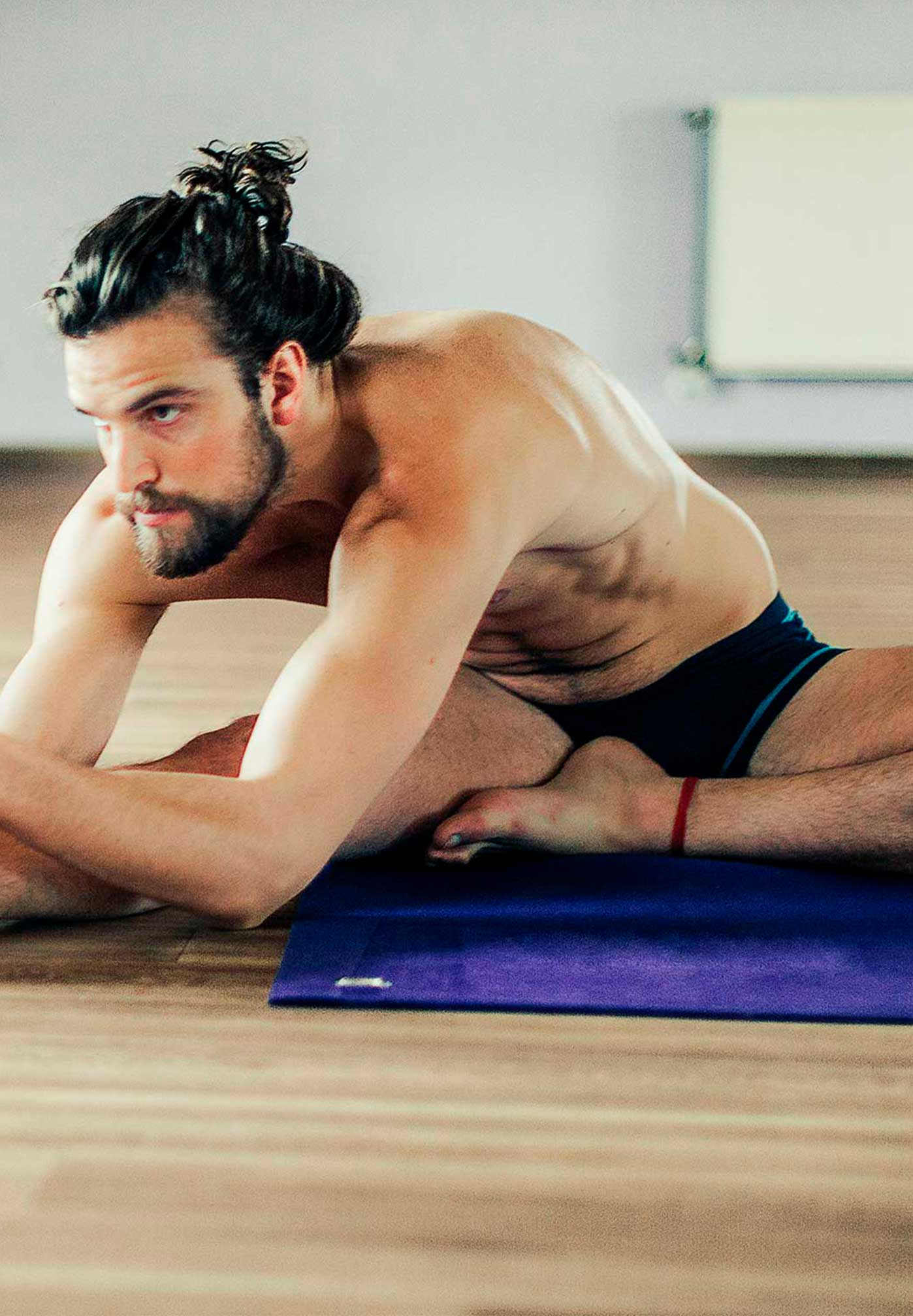Hombre practicando bikram yoga