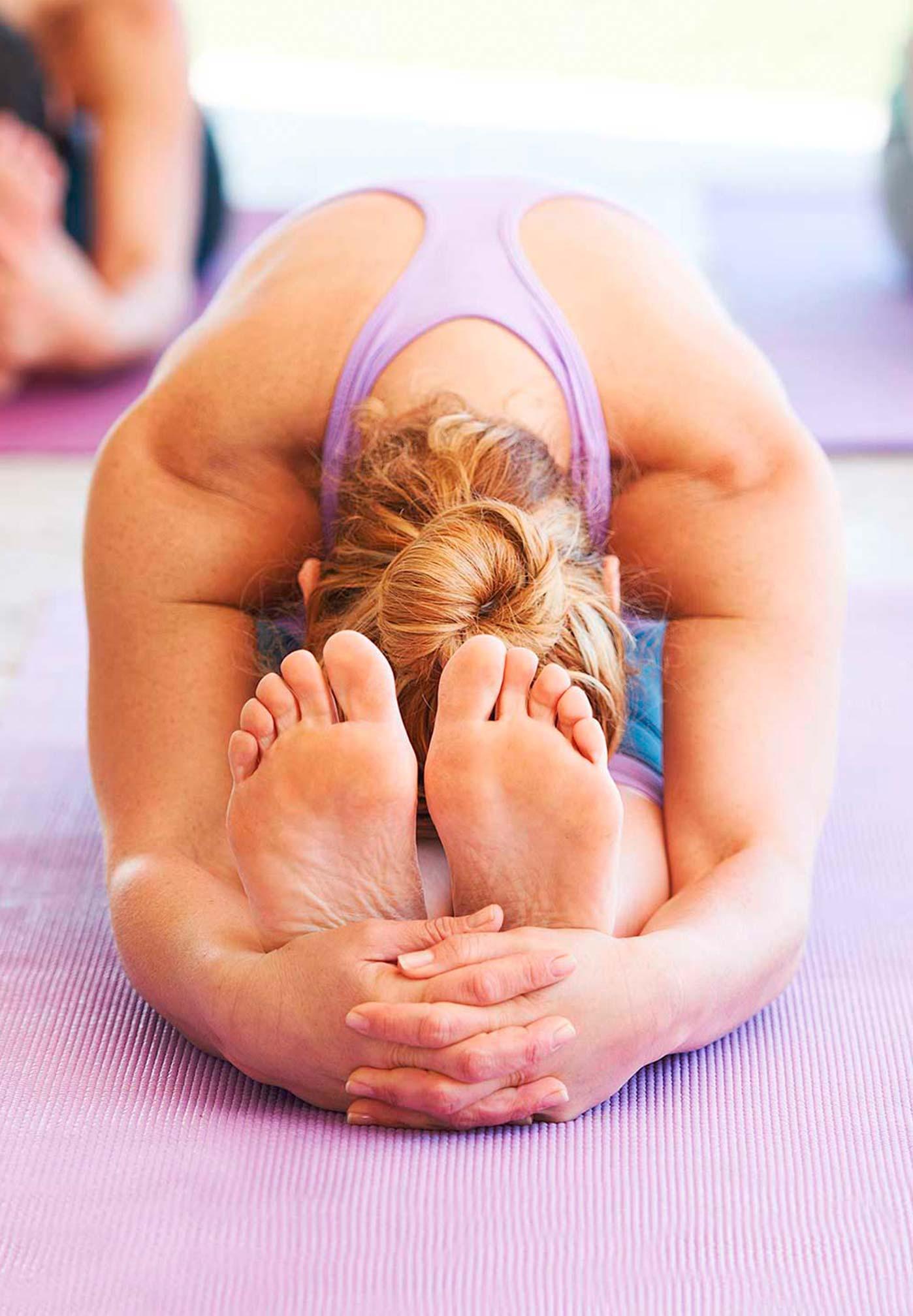 Mujer practicando yin yoga