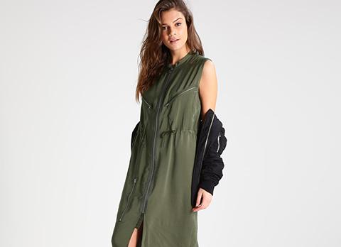 Femme avec robe style militaire et blouson bomber