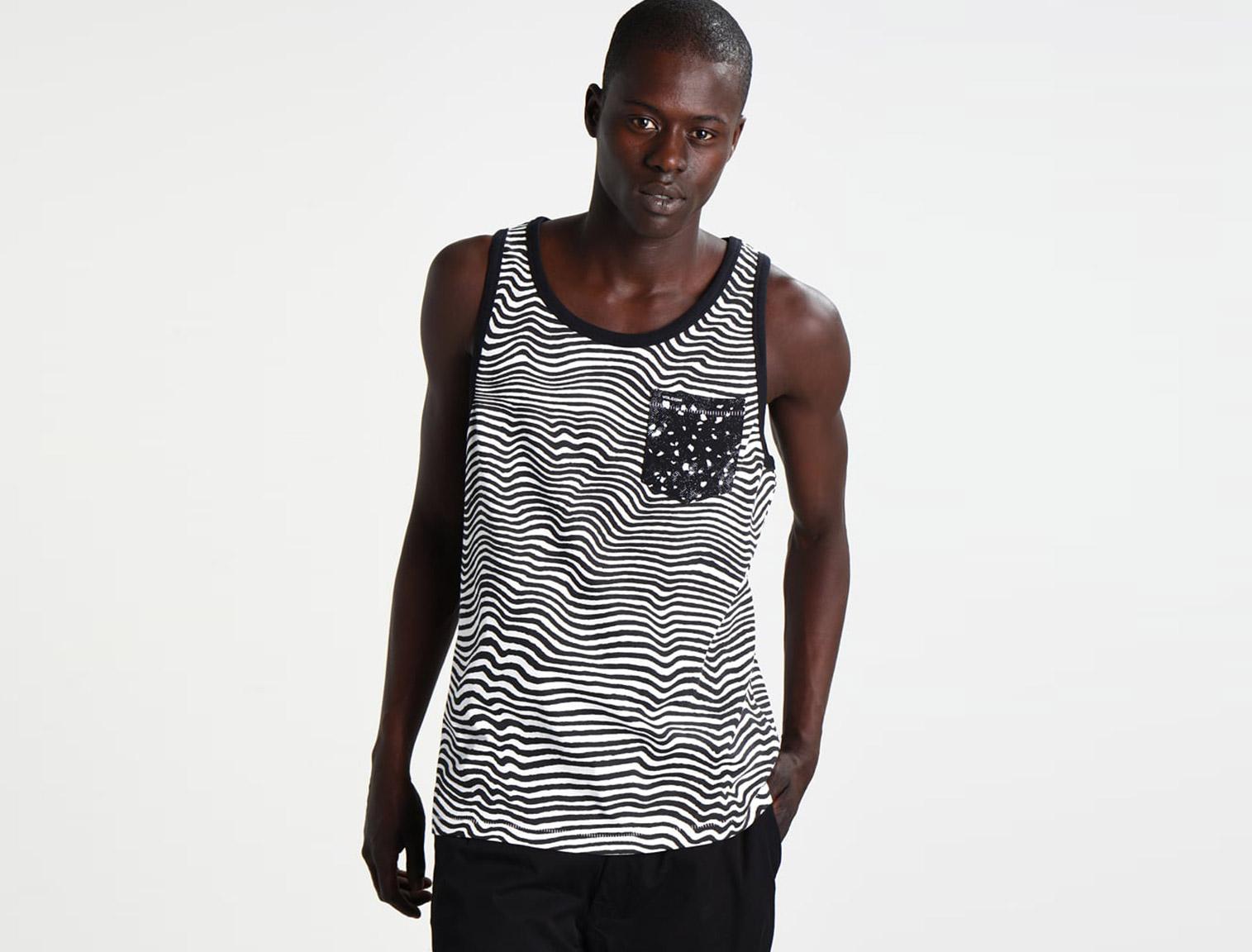 03f74f0f68 Hombre con camiseta con animal print de zebra