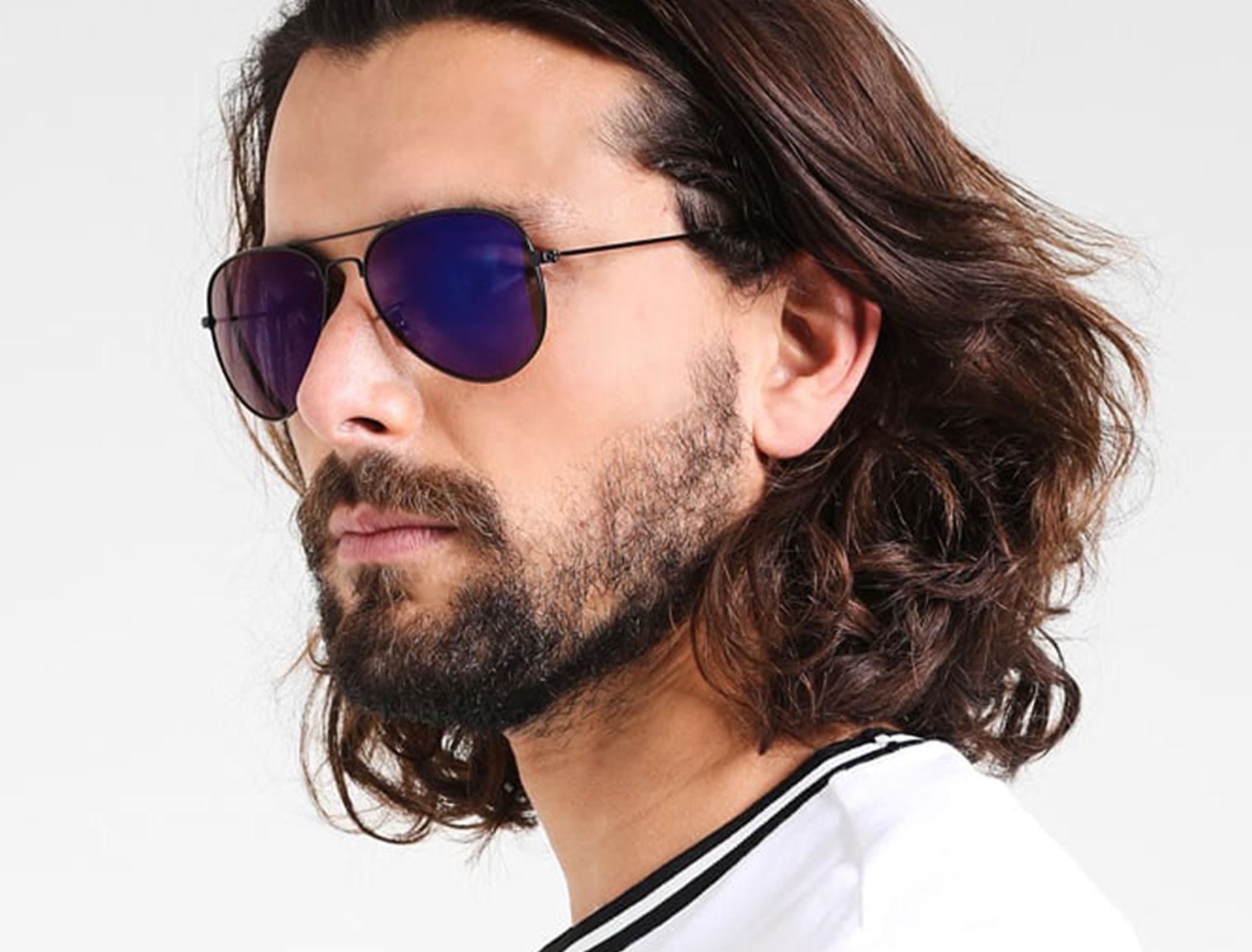 Hombre con gafas de aviador violetas