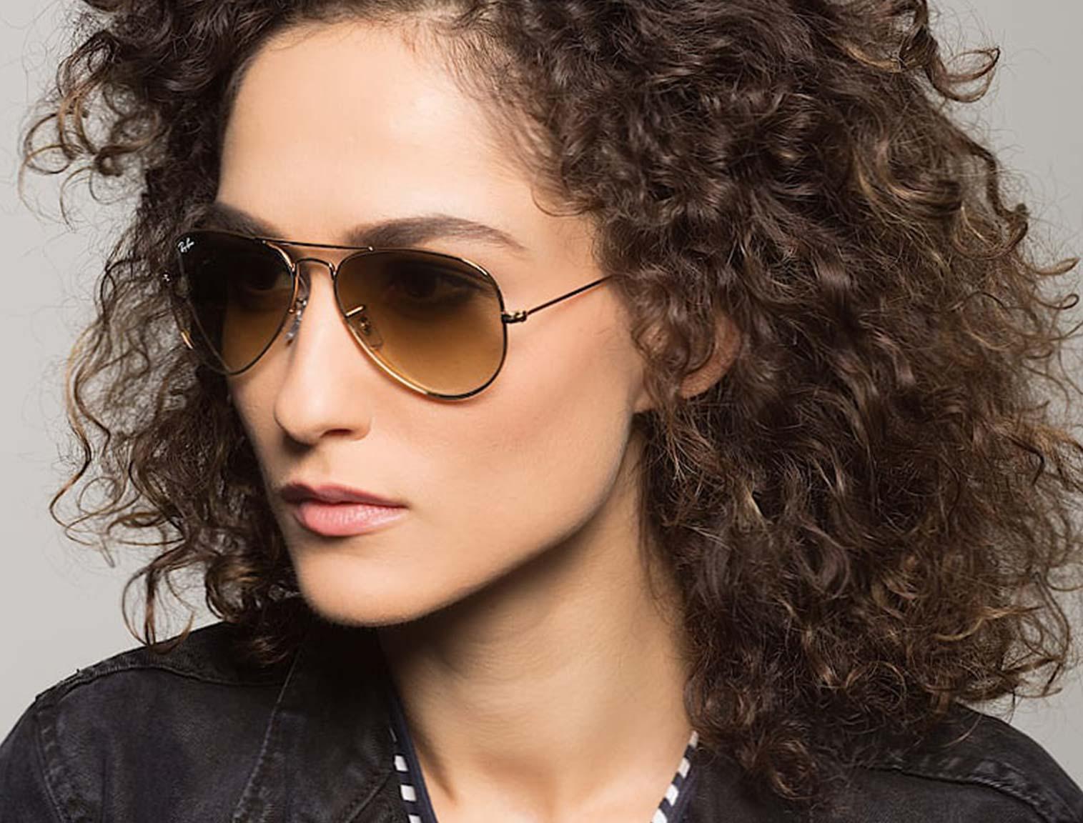 Mujer con gafas de aviador ámbar
