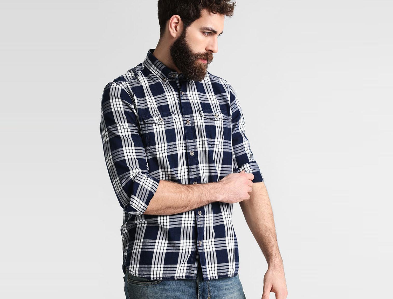 Hombre con camisa de cuadros azul y blanca 6c36a40f79c