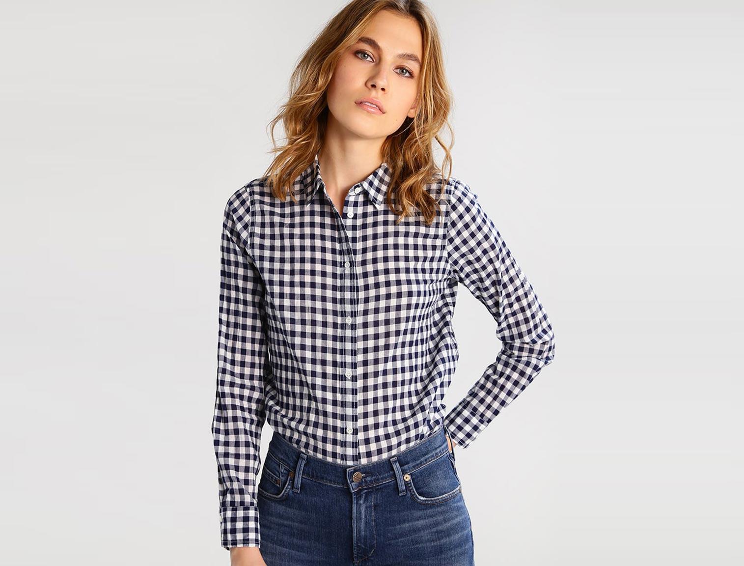 d4f184c7b Mujer con camisa de cuadros azul y blanca
