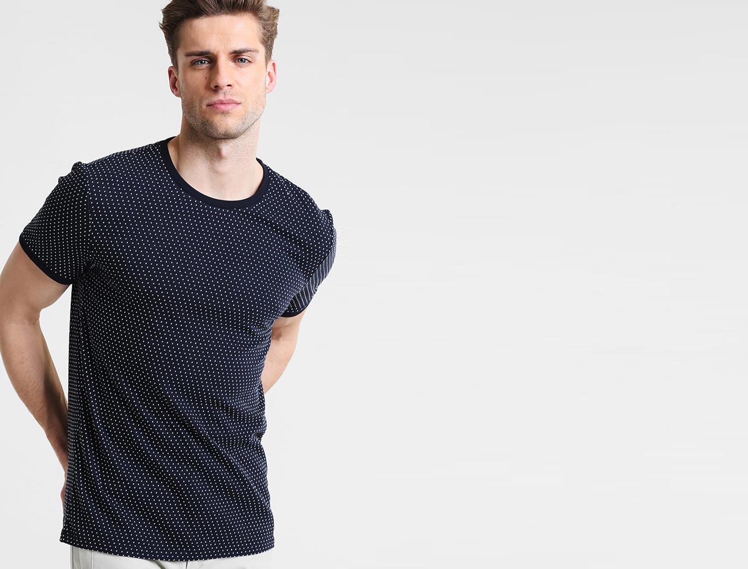 Hombre con camiseta de lunares azul marino