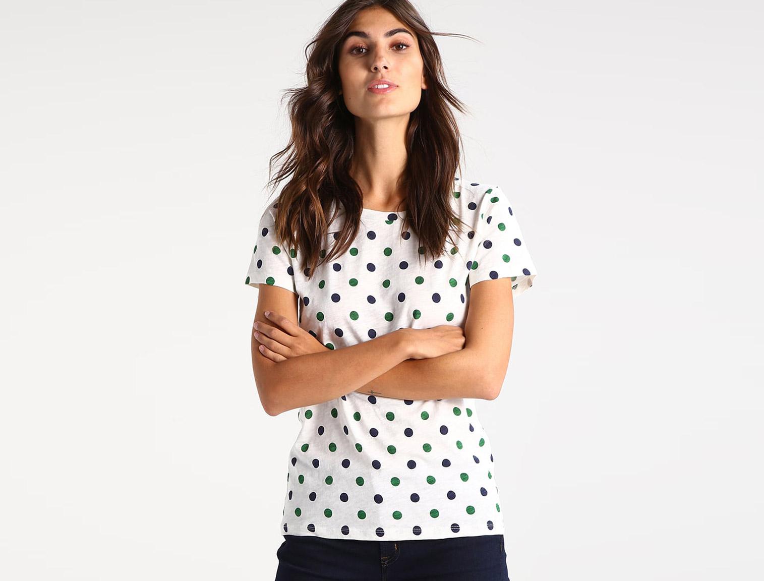 Mujer con camiseta de lunares blanca