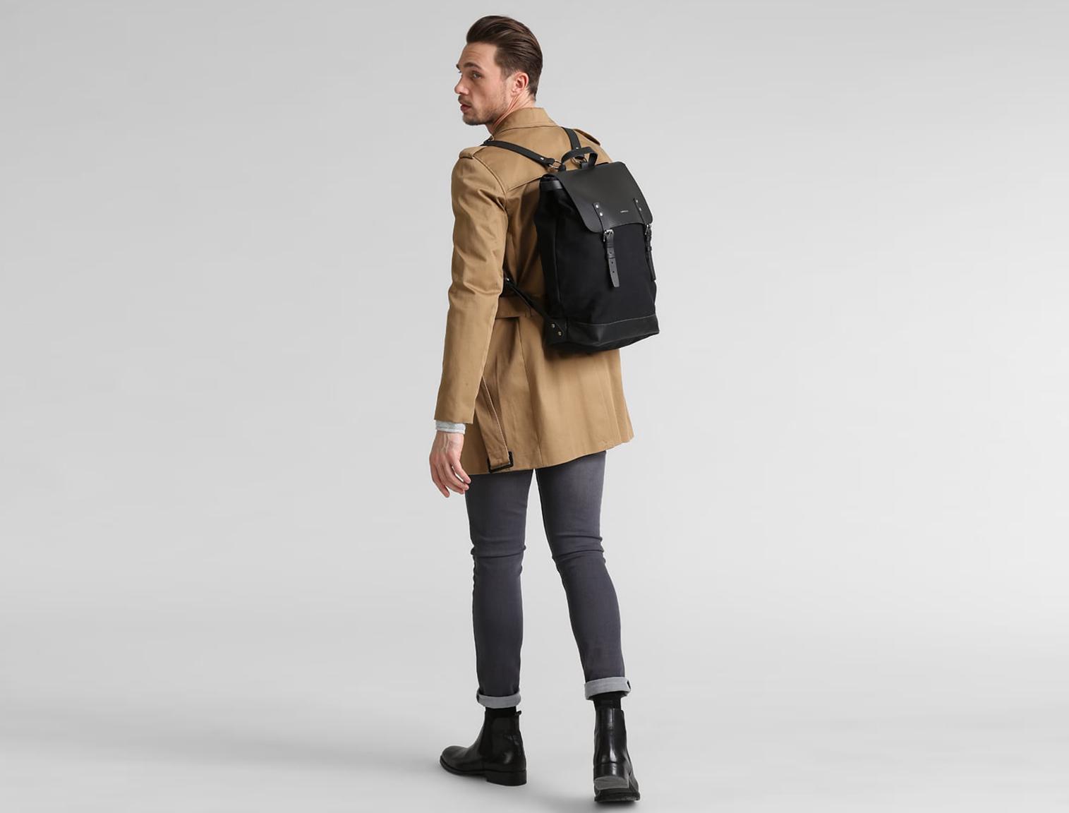 Resultado de imagen de hombres con mochilas
