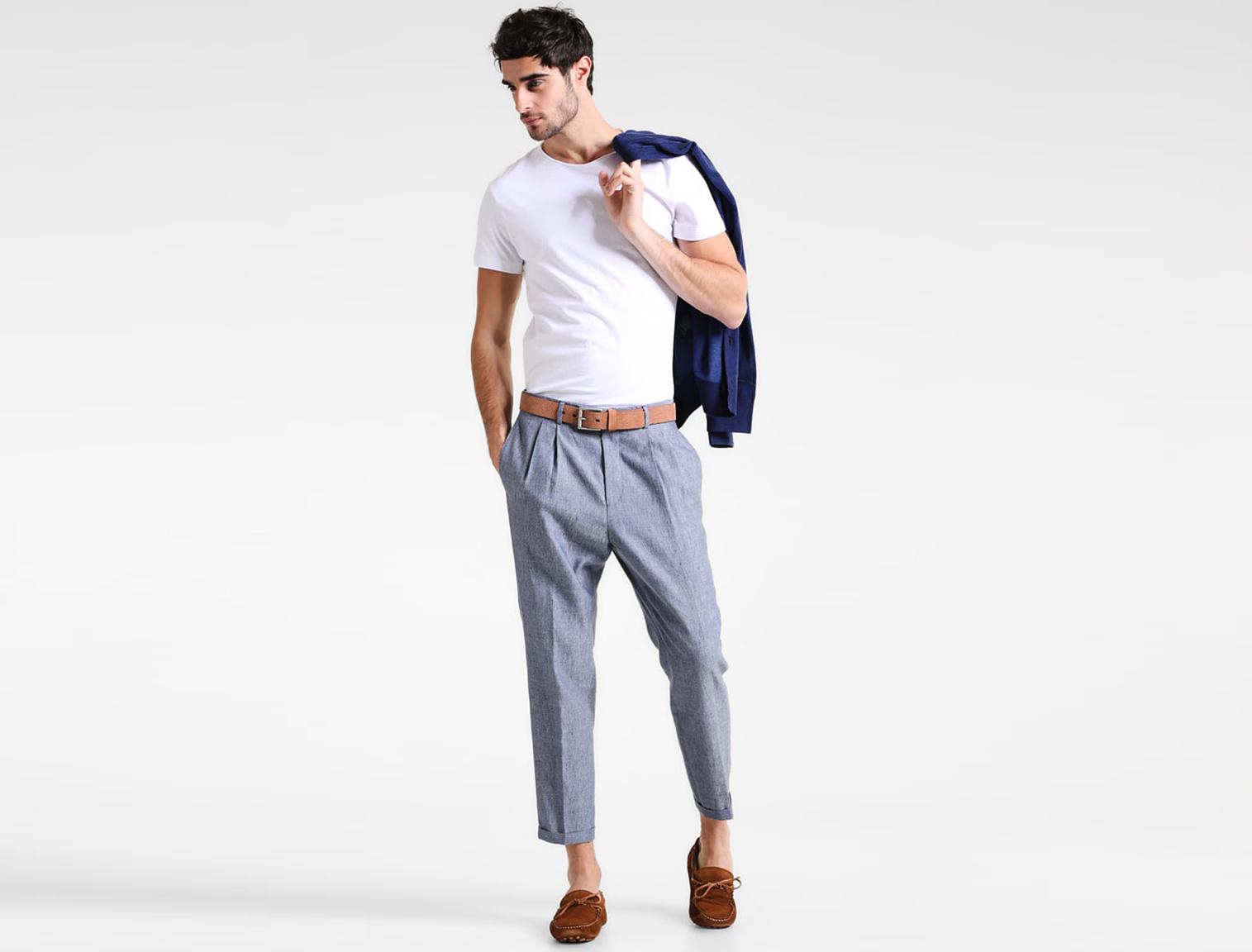 6241997e6 Hombre con pantalones de lino azules