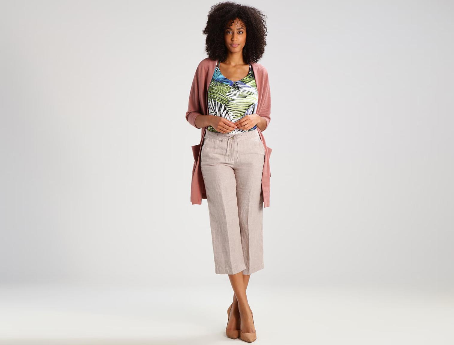 bee3ffdaeb394 Mujer con pantalones de lino beige