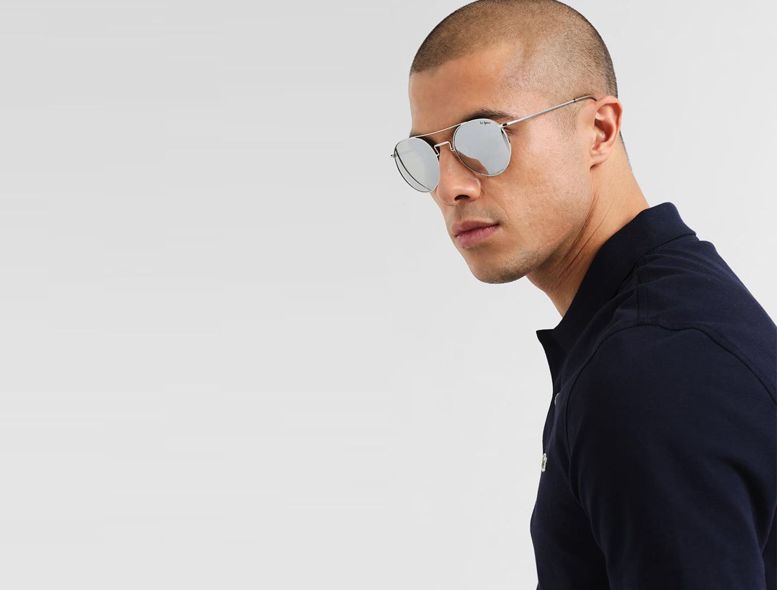 Hombre con gafas de sol de espejo plateadas