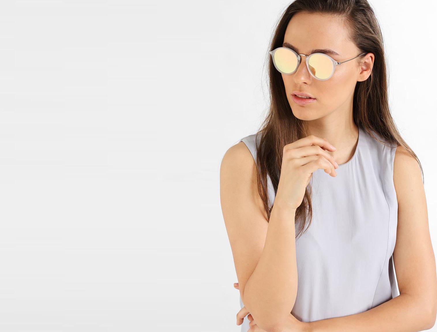 Mujer con gafas de sol de espejo doradas