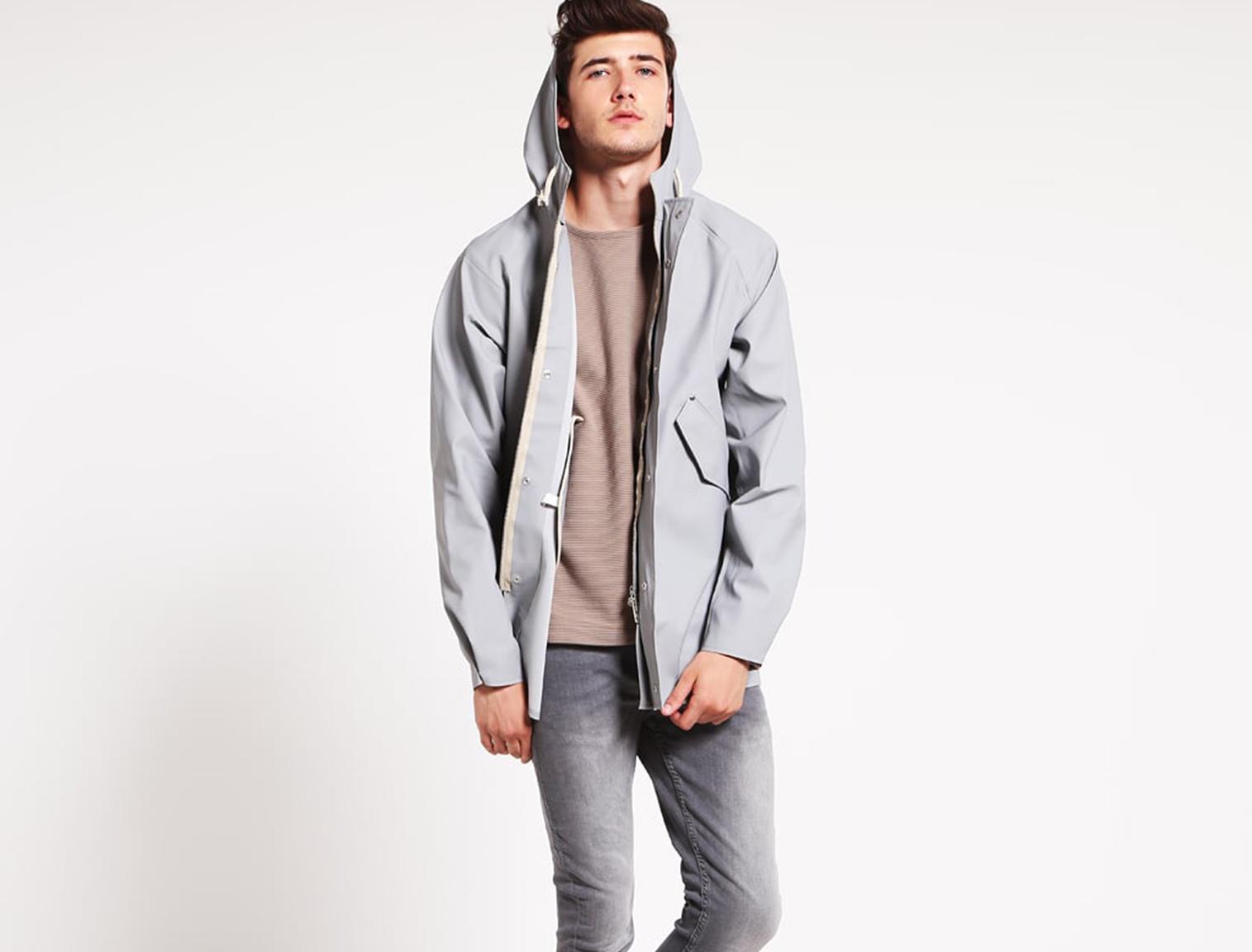 Hombre con chubasquero gris
