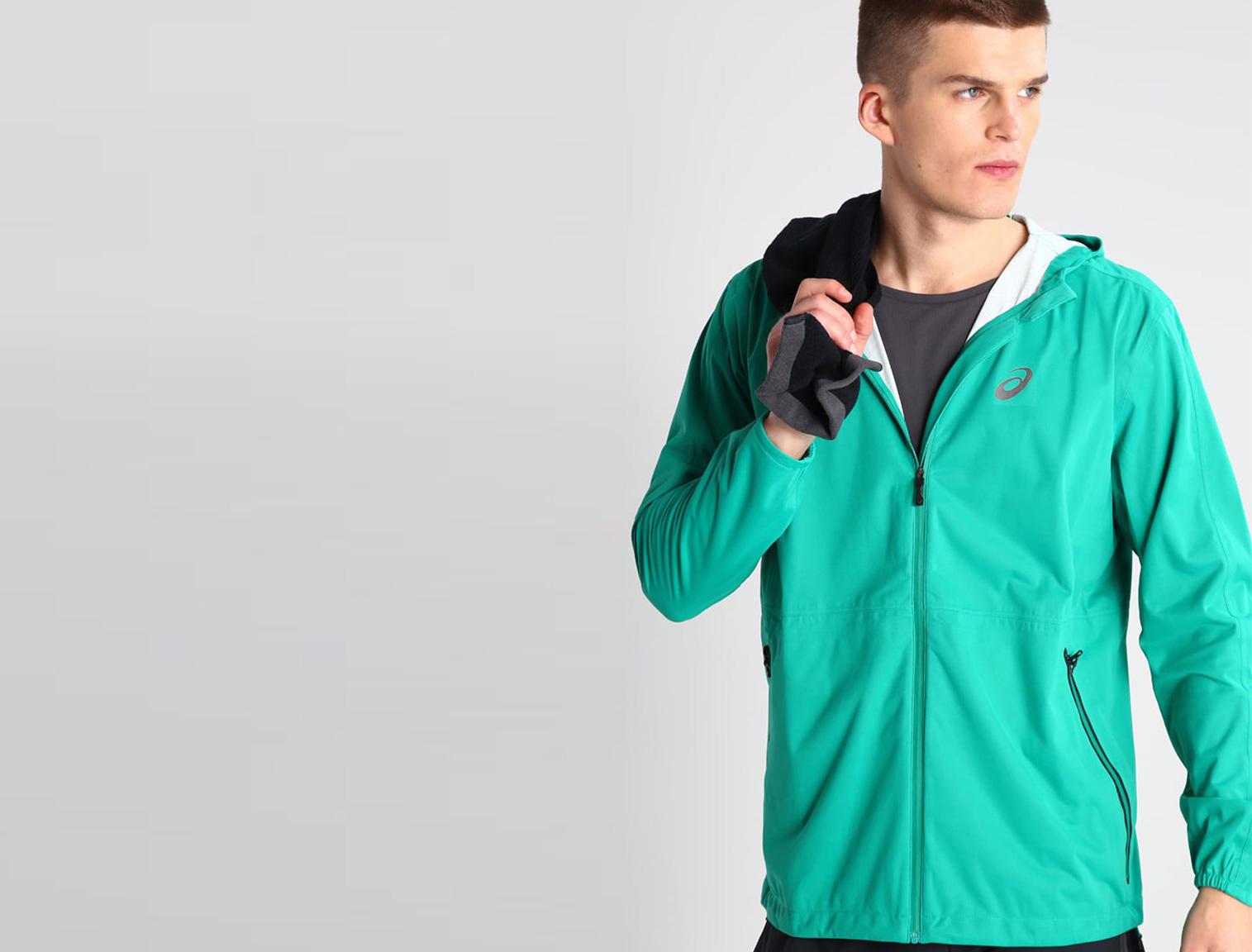 Hombre con chaqueta running verde
