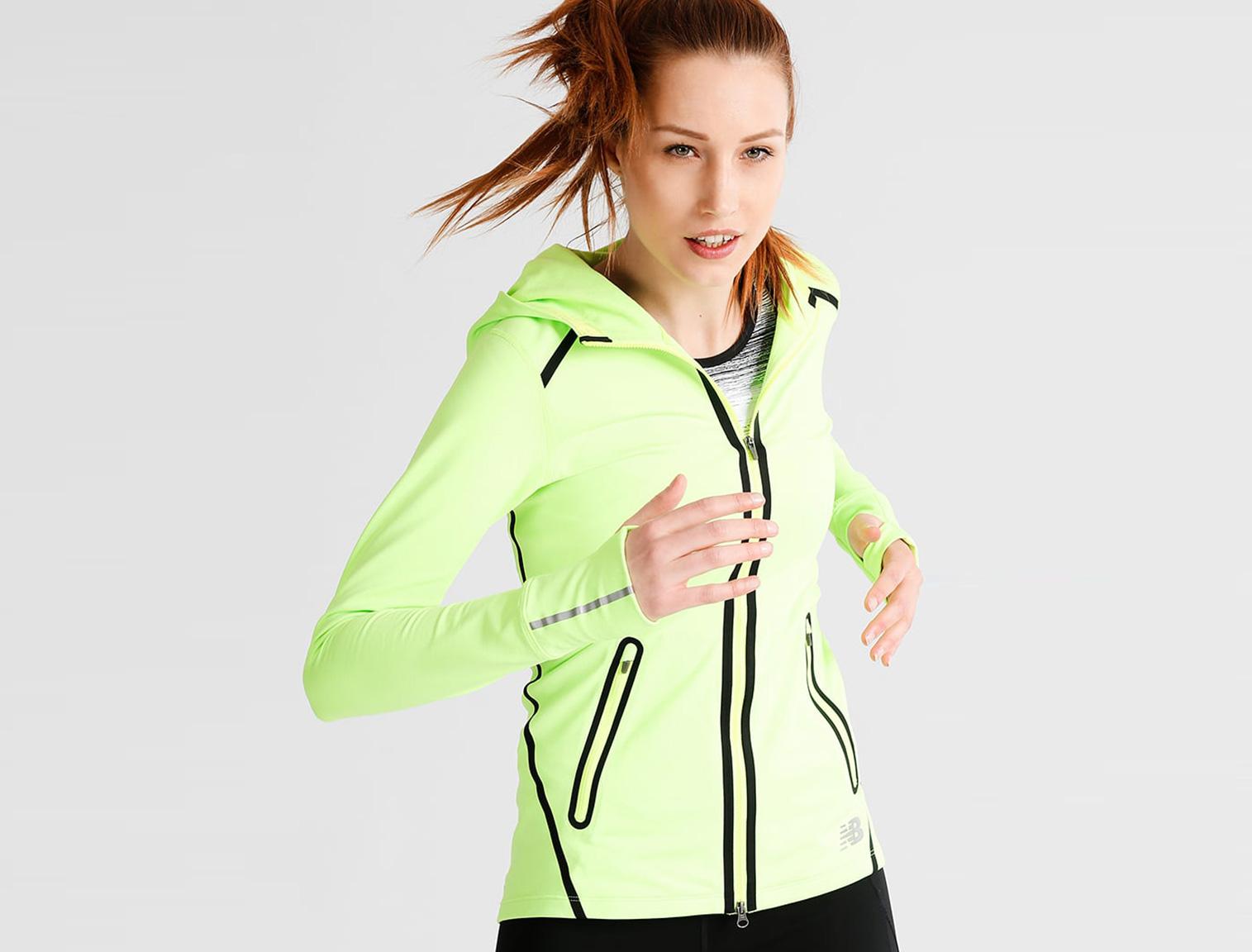 Mujer con con chaqueta running amarilla