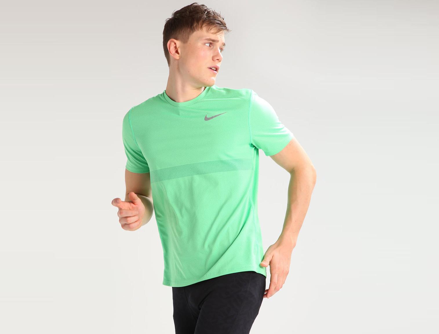 Hombre con camiseta running verde
