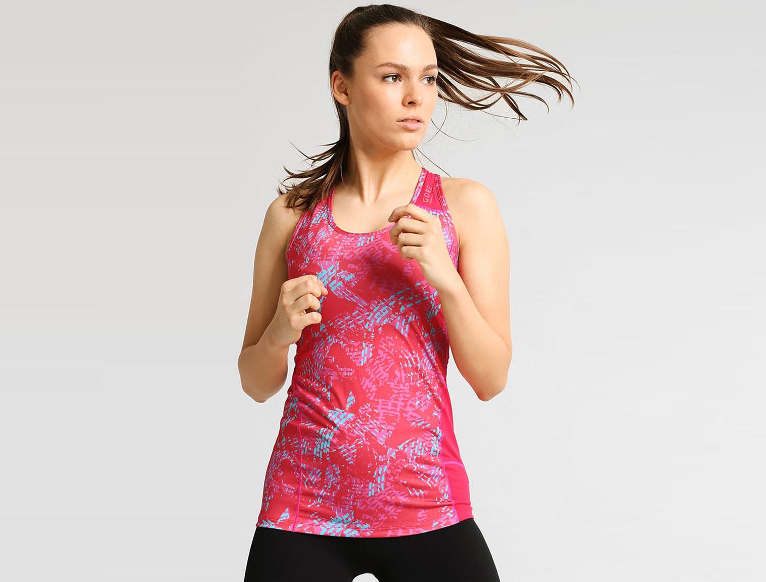 Mujer con camiseta running fucsia