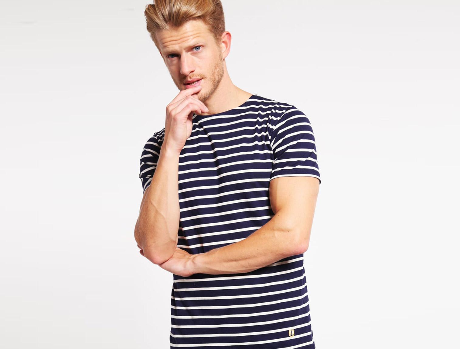 Hombre con camiseta marinera