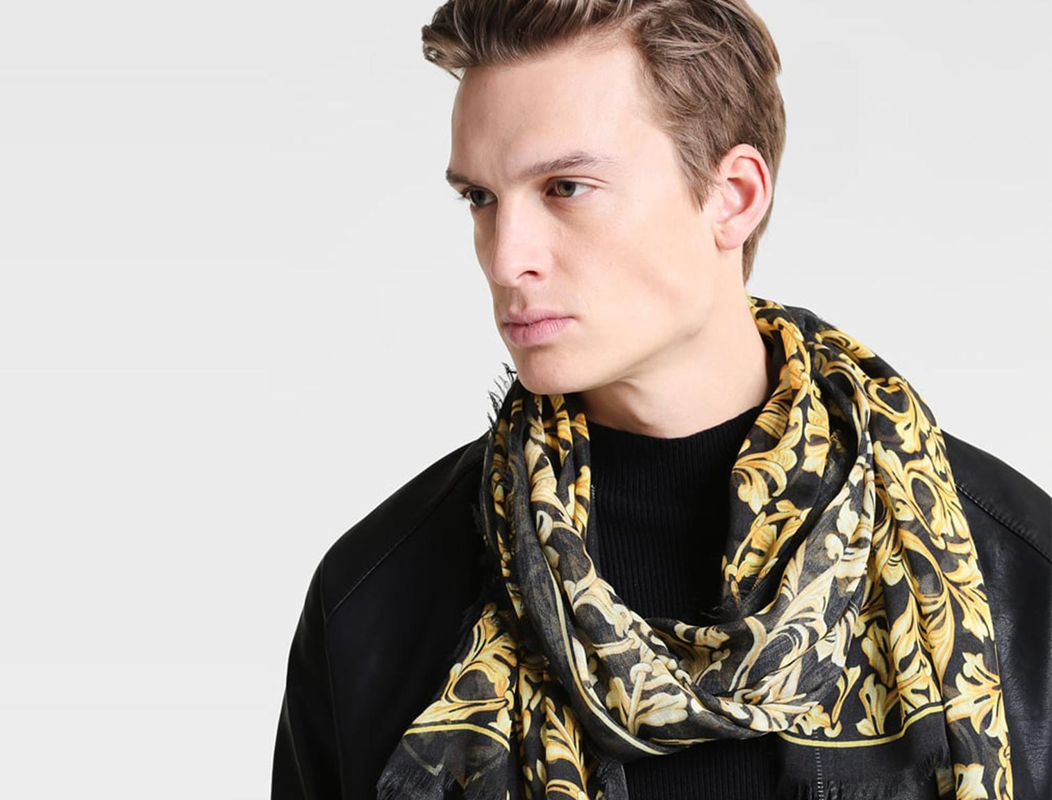 Hombre joven con pañuelo de seda estampado