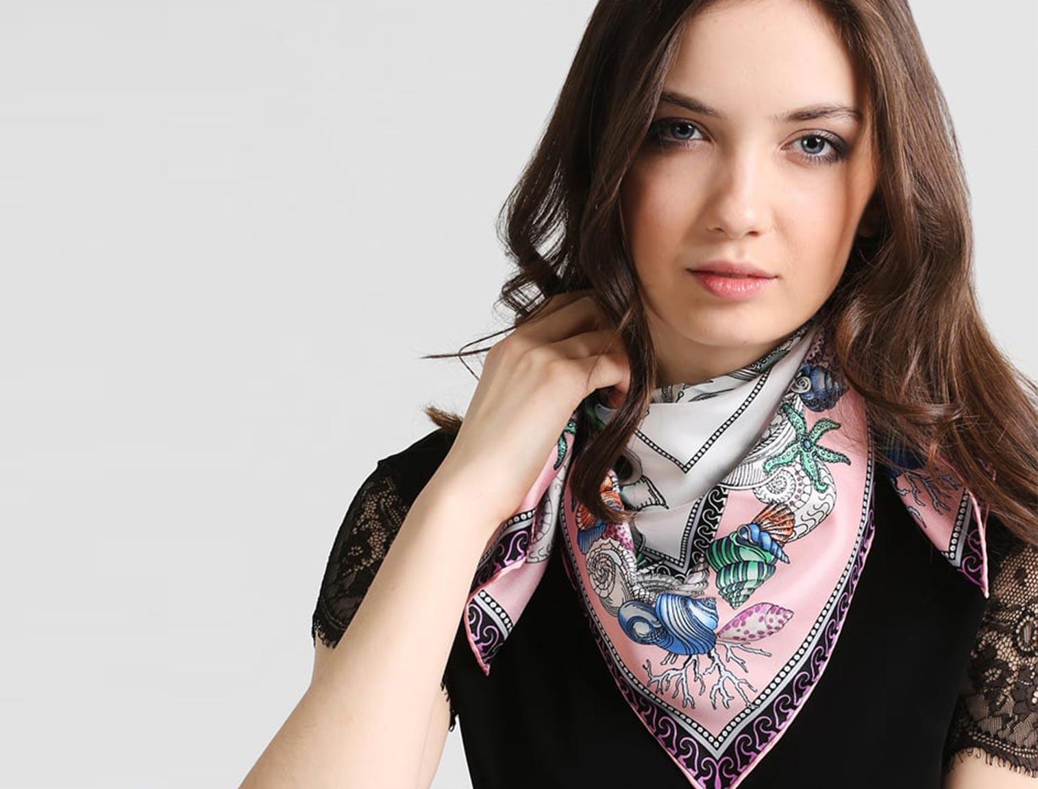 Mujer joven con pañuelo de seda estampado