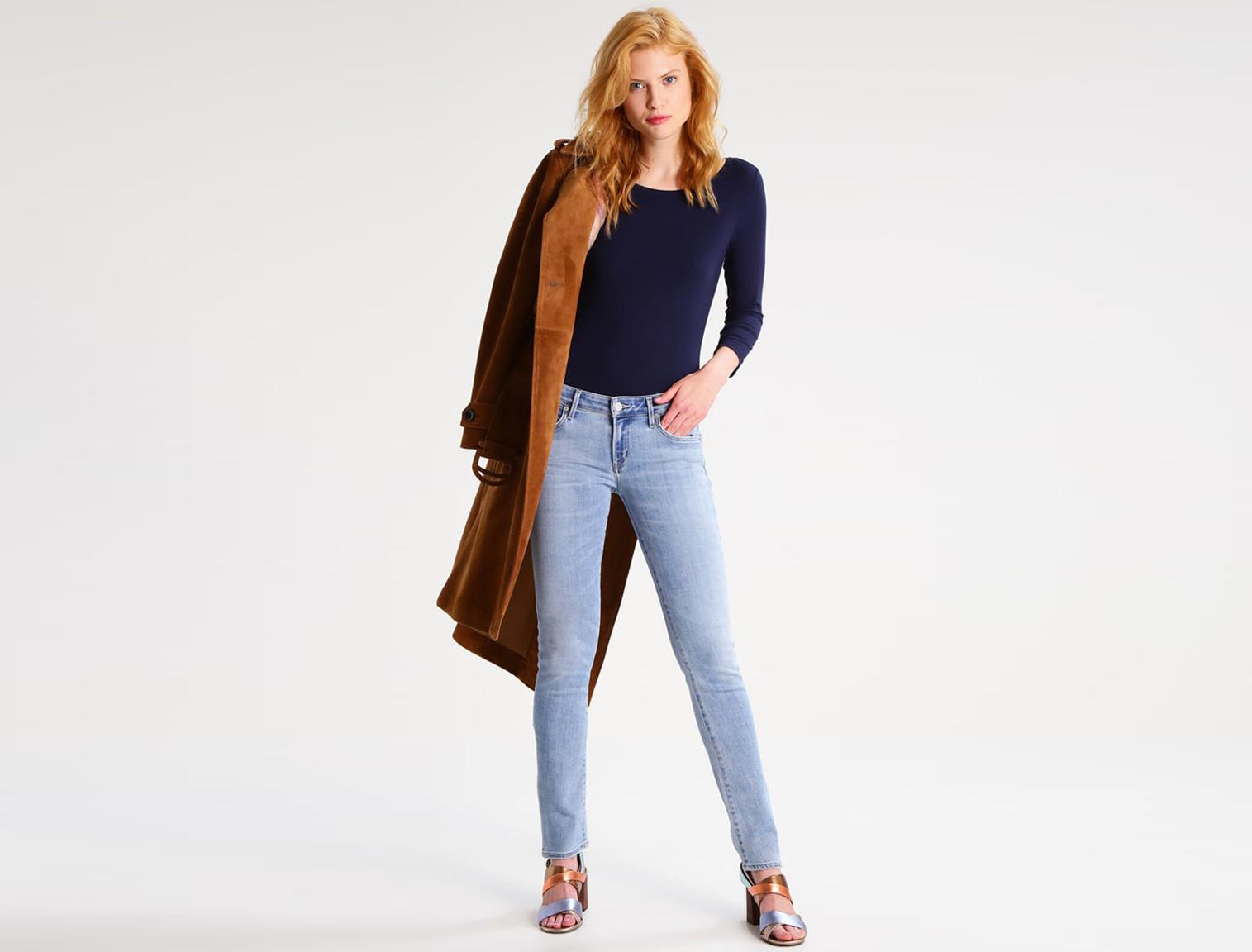 Mujer joven con pantalones vaqueros de pitillo