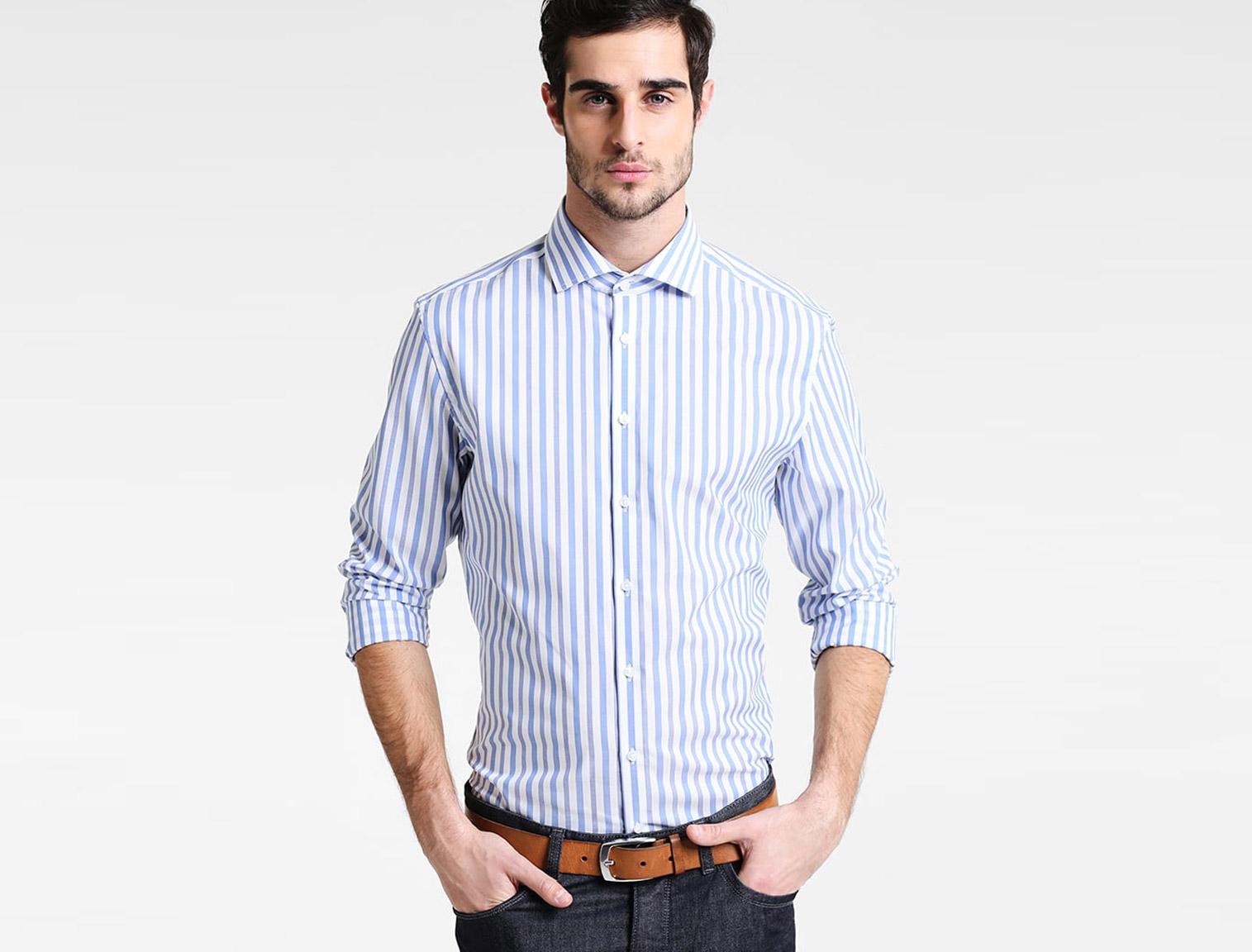 c44326992ae88 Hombre joven con camisa a rayas azul