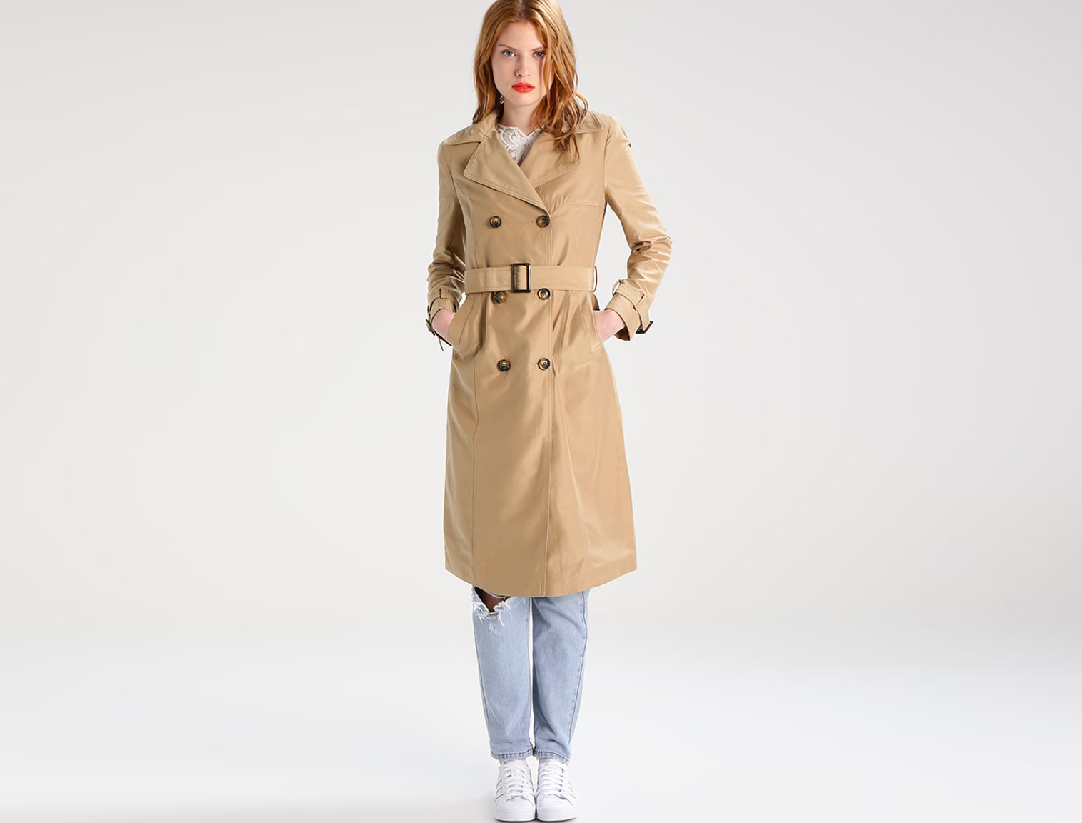 Mujer con trench beige