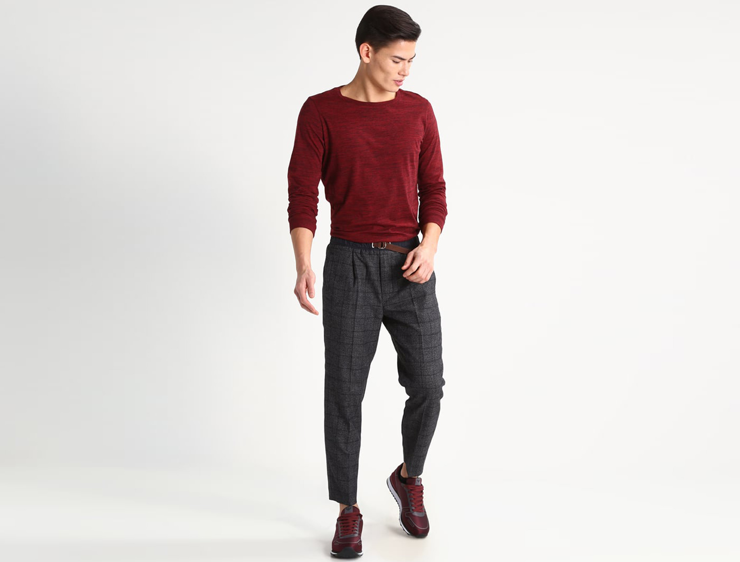 Hombre con pantalones de tiro alto grises