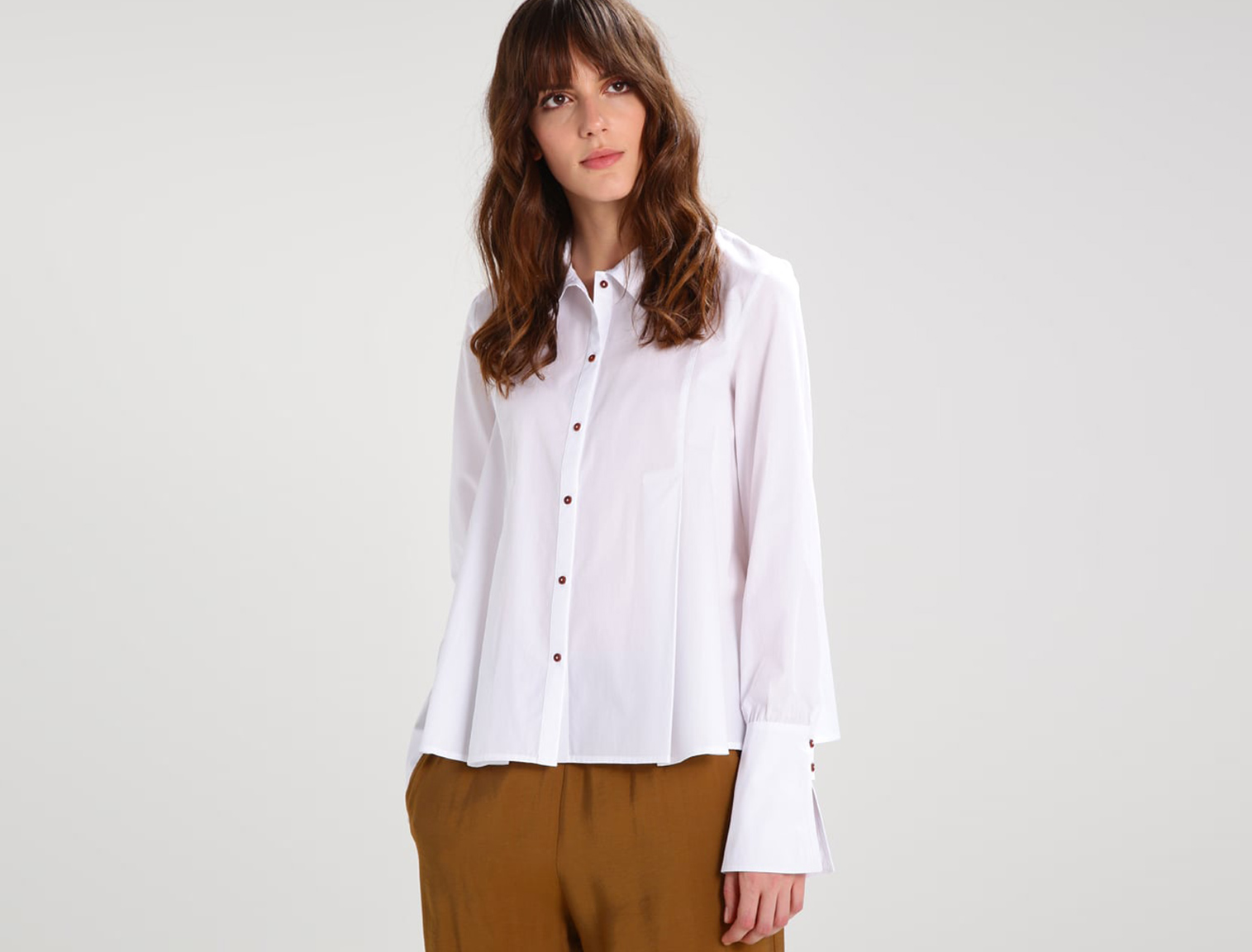 Mujer con camisa blanca